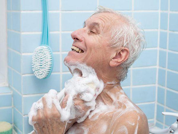 حمام کردن پدر سالمند