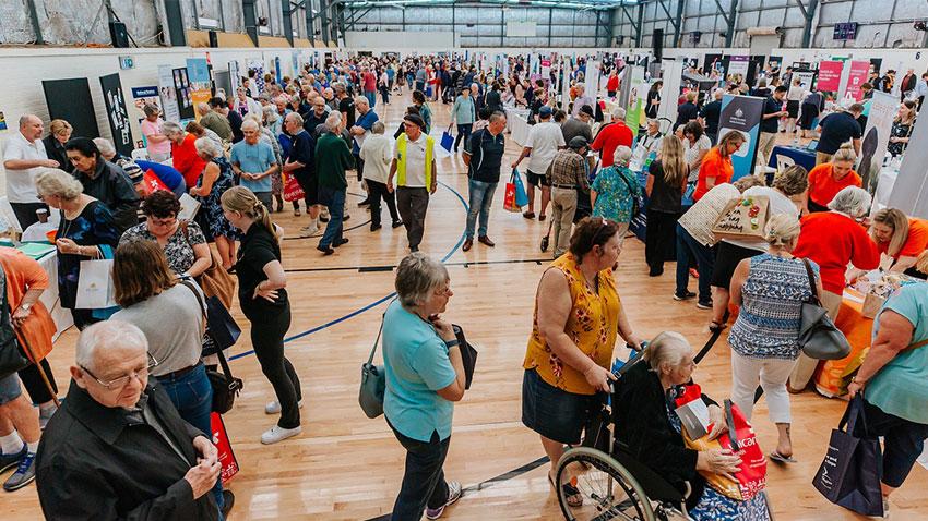 سرگرمی سالمندان در نمایشگاه ها