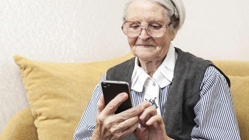 سرگرم شدن سالمند با شبکه های اجتماعی
