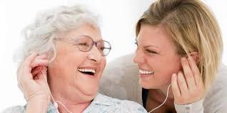 گوش کردن موسیقی با مهمان سالمند